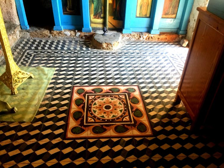 geometrisches Fußbodenmuster in Kapelle, Kreta